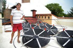 """Novedoso calentador solar """"made in"""" Villa Maria, Cordoba, Argentina. Enero 2015 El agua sale del fondo de la pileta impulsada por una bomba a través de un caño por el que sube hasta el techo donde están, a manera de serpentina, los 370 metros de otro tipo de caño de polietileno negro (absorbe más el calor) por donde circula el agua a razón de 1.200 litros por hora, calentándose por el efecto del sol. Costo 12.000$ (comprado 45.000)"""