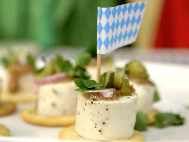 Das perfekte Wiesn-Snacks: Weißwurstcracker, Weißwurstsalat und altbayrische Breznsuppe-Rezept mit einfacher Schritt-für-Schritt-Anleitung: Die…