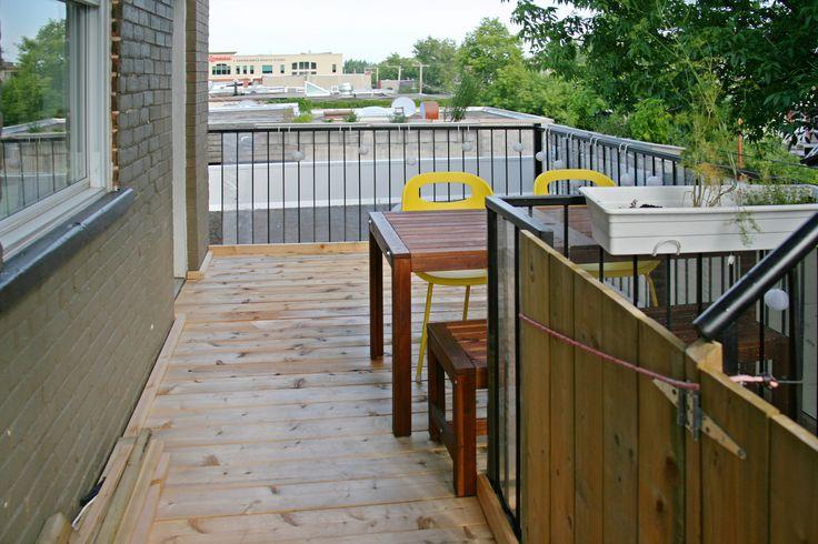 Terrasse arrière avec plancher de cèdre donnant sur les environs