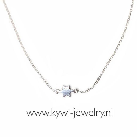Fijne Sterling zilveren schakelketting van 1,2 mm. Met Sterling zilveren ster. Finest ketting. Mooie Ketting die hoog in de hals valt.