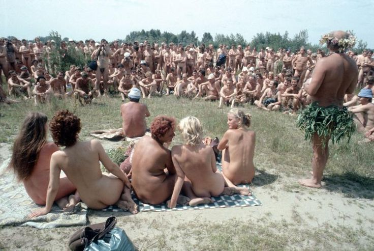 """""""...Znów się będą rozbierać Miss Natura wybierać przez wieś przeszedł dreszcz..."""", naturyści w plenerze, 1985 r.  Naturists 1985r"""