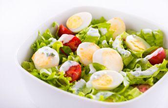 Salada de Pérolas do Mar com Ovos de Codorniz ao Molho de Iogurte e Manjericão.