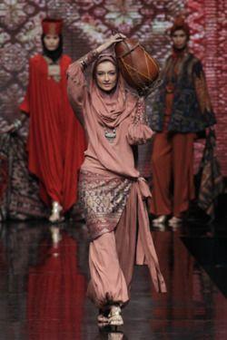 Ida Royani (via Jakarta Fashion Week 2012)