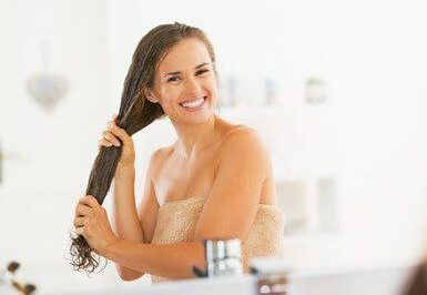 Kokosöl wirkt gegen Haarausfall Volles Haar steht in unserer Gesellschaft als Zeichen von Jugend und Vitalität. Viele Menschen leiden daher darunter, wenn der Haarschopf nach und nach immer dünner wird und mehr und mehr Haare ausfallen. Um die Kopfhaut und das Haar zu pflegen, um dem Haarausfall entgegen zu wirken, bietet uns die Haarpflegebranche eine …