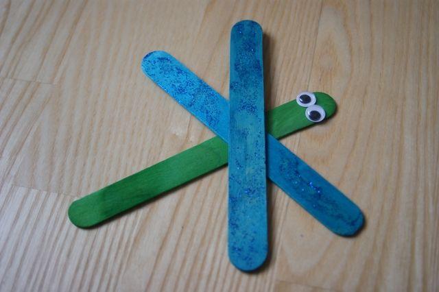 Błyszcząca ważka z patyczków kreatywnych na lato.  Shiny dragonfly with creative sticks for the summer.