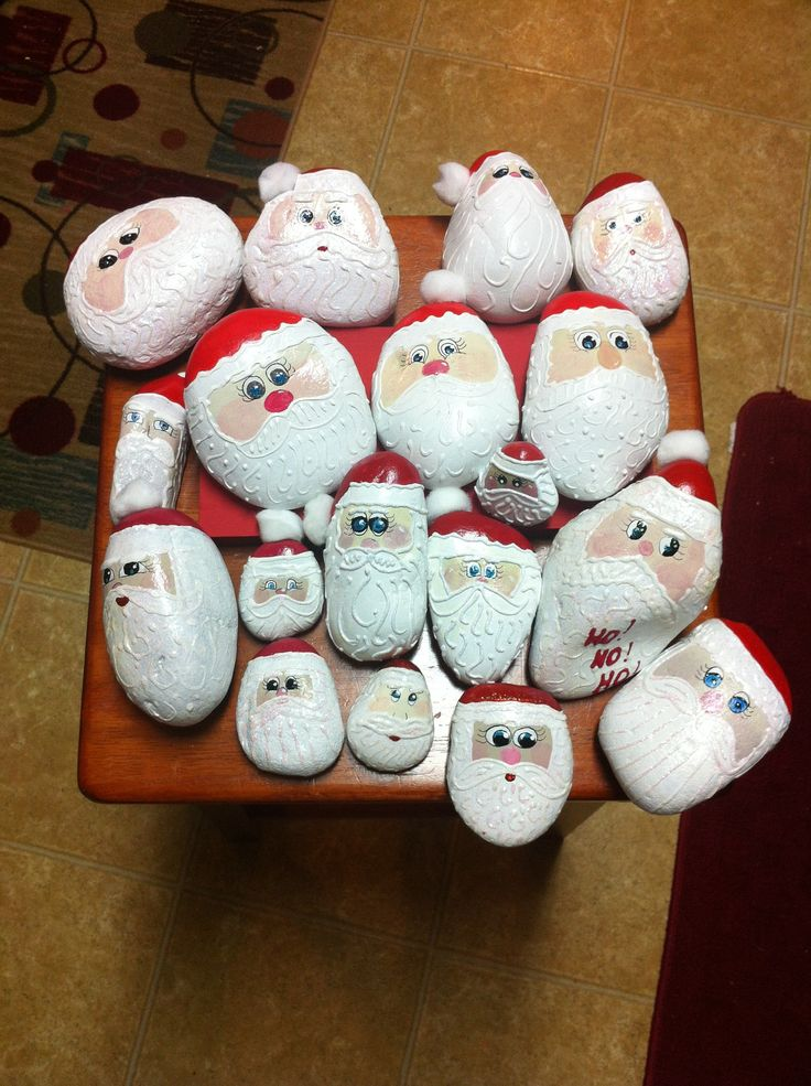 More painted santa rocks christmas pinterest for Sassi decorati
