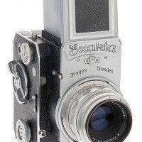 Ihagee Exakta 66 vertical Es una SLR para carrete de formato medio, fabricada en 1953 por la fabrica de Dresden, Ihagee. Si vemos todos los modelos fabricados por la marca alemana apreciamos que la Exakta 66 vertical se sale de la linea, más bien sobria y controlada, marcada en todos los modelos. De visor superior, posee la limpieza del diseño alemán, con la presencia estética de todas las cámaras fotográficas de este formato.
