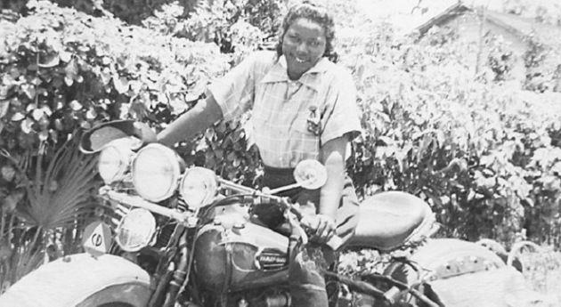 """Bessie Stringfield: """"Lo que hice fue muy divertido y me encanto"""". Mujer, negra, mototorista, peligroso coctel en los años 30 en EEUU. A sus 16 años viajó por 48 estados en su Indian Scout, durmiendo al raso o en casas de familias negras ya que no se le permitía dormir en moteles, esquivando disparos y haciendo malabarismos para sufragar los gastos del  viaje. Atravesó un verdadero campo de minas de prejuicios y odio que supo sortear con su empeño de disfrutar de la vida sobre una moto."""