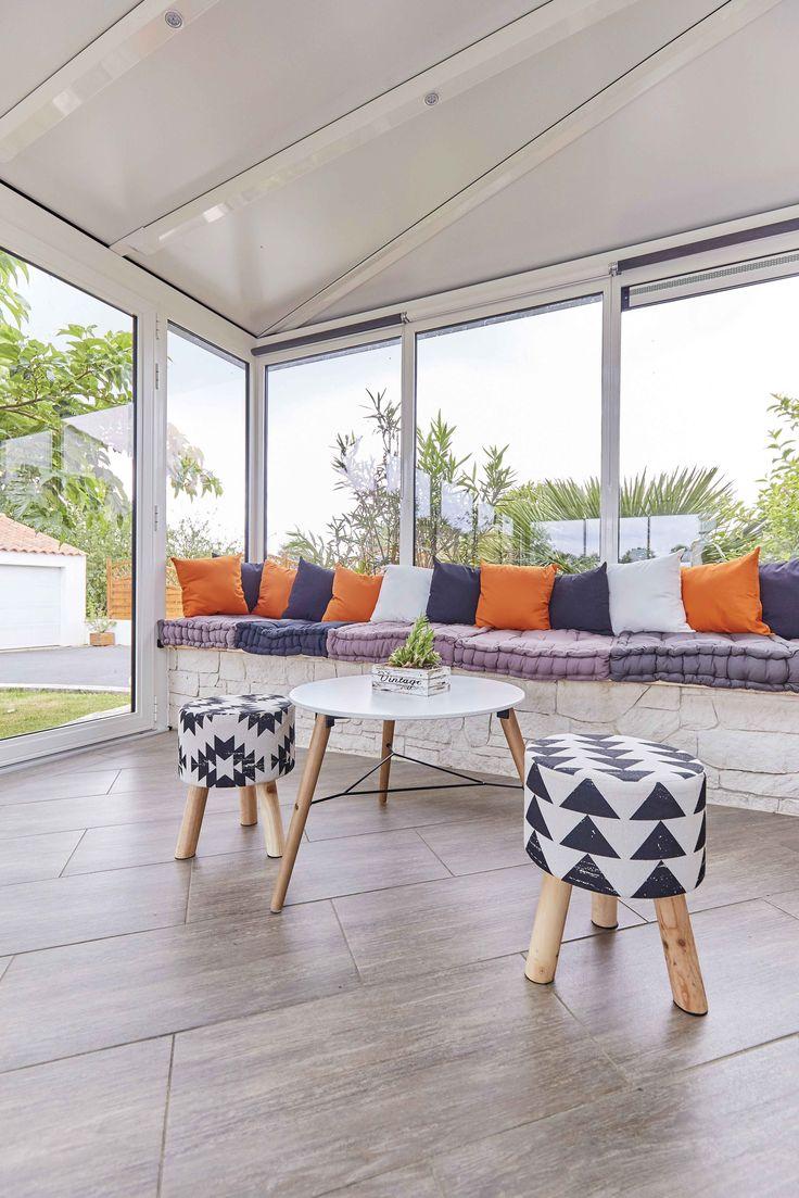 décoration scandinave avec touche de orange pour cette véranda lumineuse et spacieuse ! #verandarideau #verandaesprit