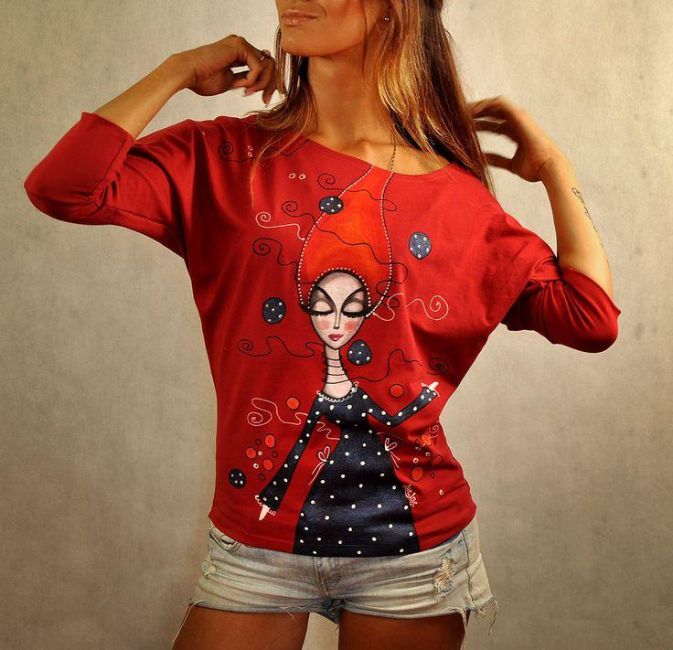 """Tmavočervené+tričko+-+Alice+Autorské+tričko+z+dielne+LucLac+maľované+farbami+na+textil+Tričko+má+univerzálny+""""netopierí+strih"""",+ktorý+zakryje+všetko+potrebné,+je+pohodlný+a+padne+každej+postave+Materiál:+Bavlna/+Elastan+Prať+na+30ke+z+rubu,+žehliť+z+rubu+UPOZORNENIE:+Každá+maľba+je+jedinečná+a+zhotovená+len+v+jednom+kuse.+Foto+slúži+na+ukážku+-+je+ilustračná.+V..."""