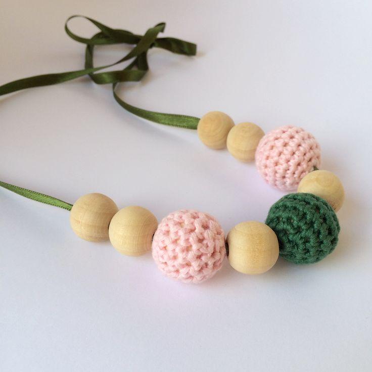Collar de lactancia y mordedor formado por piezas de madera natural y ganchillo 100% algodón. #ganchillo #collardelactancia #crochet