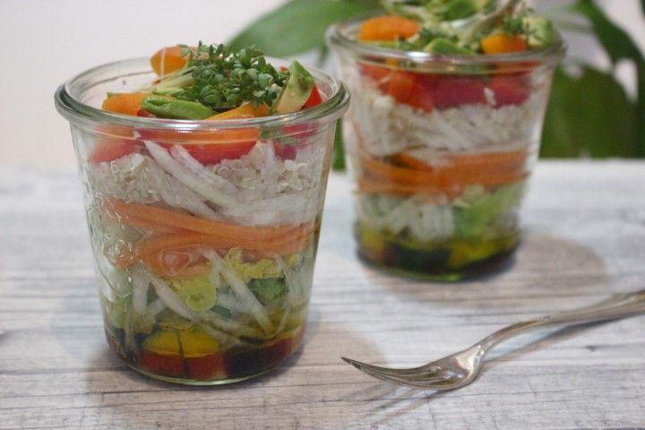 Sommerlicher Quinoa Salat mit Aprikose und Avocado im Glas [Rezept]
