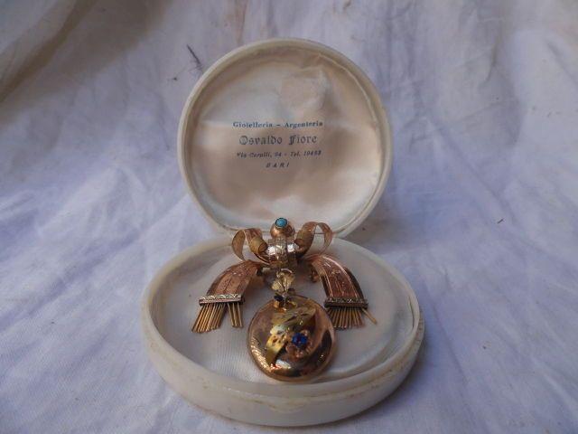 Hamer-gewrocht beitel gegraveerd rood goud Bourbon-periode hals broche met elegante en harmonieuze ontwerpen.  De broche beeltenis van een lint gebonden in een boog vanaf welke hangt een floral medaillon had een verborgen symboliek te wensen dat de emotionele bindingvan het paar zou worden vast en dat zou er een gelukkig einde (de bloem).Het is een huwelijkscadeau uit de periode van Bourbon gemaakt door een uitstekende goudsmid uit Napels. Turquoise en saffieren.Lengte: 6 cmBreedte: 5…