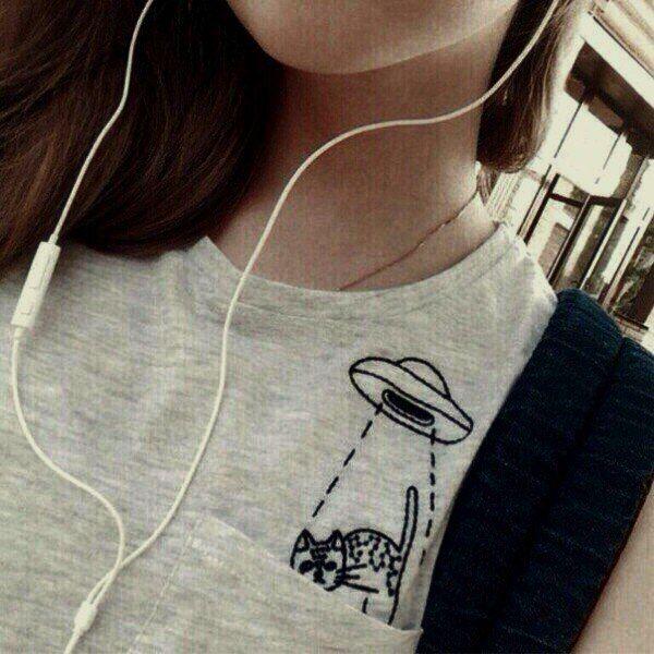 Девушка брюнетка с сигаретой без лица