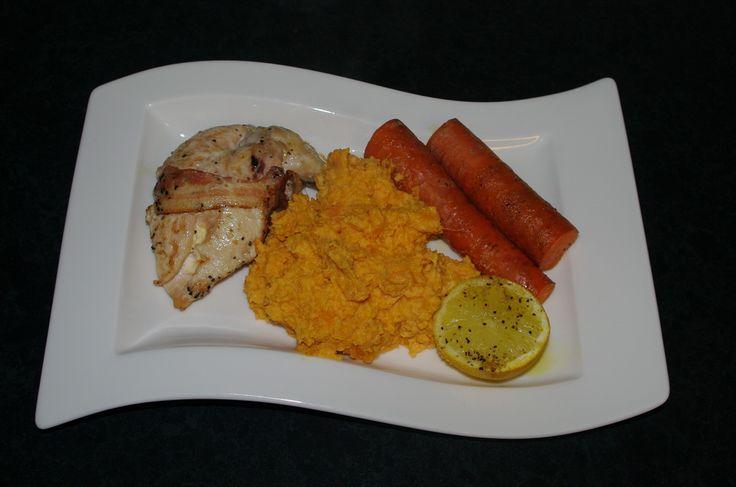 Baconsurret kyllingbryst med søtpotetmos og bakte gulrøtter med sitron