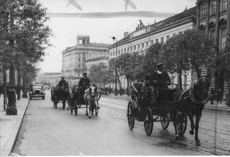 Dorożki jadące ulicą Krakowskie Przedmieście.
