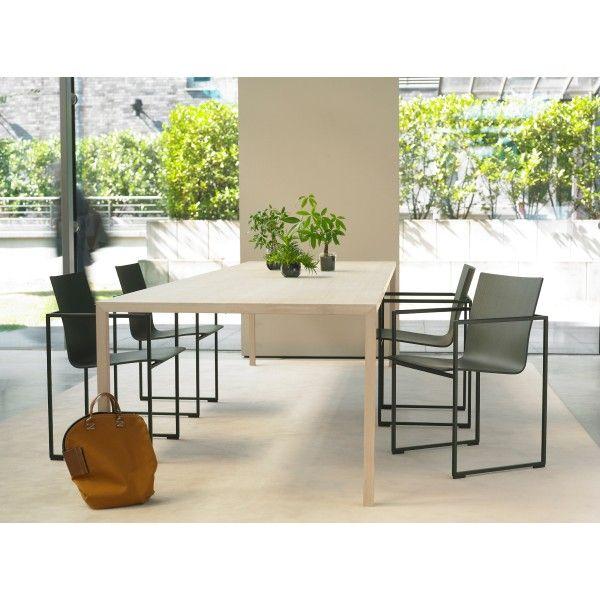 Aan de Slim #tafel zit geen grammetje te veel. Het is een rechttoe rechtaan tafel, maar wel met een eigen karakter. De tafel is superdun, maar tegelijkertijd heel stabiel door de gebruikte constructie. Zo kan deze elegante tafel wel wat aan in huis of op de #werkplek. #eetkamertafel #wonen #eetkamer #living #design