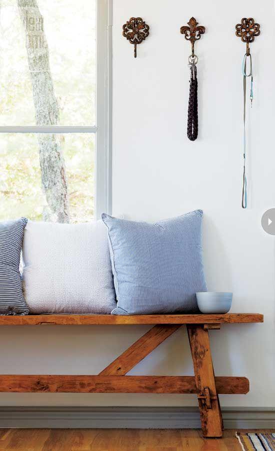 Houten bankje en mooie haken aan de muur. Soortgelijk bankje bij leenbakker#leenbakker#