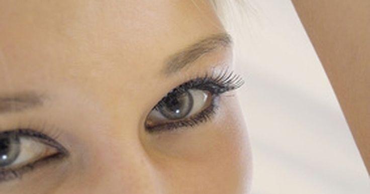 """Cómo tensar tus músculos faciales. Los ejercicios faciales estimulan la circulación, tensan los músculos y mejoran la apariencia general de tu rostro. Según Carole Maggio y Mike Gianelli, autores de """"Facebuilder for Men"""", los músculos tensos de la cara ayudan a luchar contra los signos de envejecimiento que aparecen en las mejillas, la papada y la barbilla. El ejercicio facial ..."""