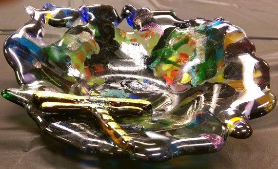 Bol en verre fondu qui est lun des types avec une belle libellule de verre fusionné. Parfait pour votre maison ou comme cadeau. Ces bols sont conçus et fondus dans un four en verre pour contrôler la température parfaite. 7 pouces de diamètre et 2 pouces de profondeur.