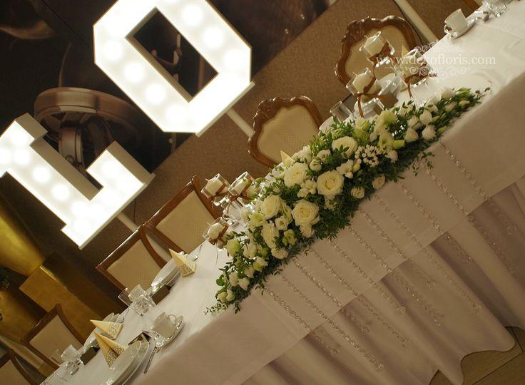 Białe kwiaty i brązowe dodatki - dekoracja wesela Dworek Komorno