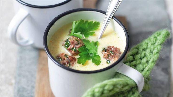 Kuchnia Lidla pełna jest przepisów na pyszne i proste zupy. Przygotuj szybką zupę serowo-jarzynową z mięsnymi klopsikami.