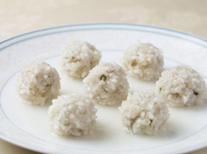 シェフごはん:糯米蒸肉圓(もち米肉団子の蒸し料理)  玉ねぎ中1 干ししいたけ1 しょうが少々  20分蒸して美味しかった。  種が緩いので良く練ること。