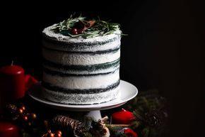 """Я вам честно признаюсь, что не люблю """"голые"""" торты, еще и всех цветов радуги, но я люблю своих друзей, которые млеют лишь от вида подобных кондитерских творений. Изобретать мне ничего не пришлось: в классический Red Velvet я добавила свой любимый розмарин, и бисквит я сделала именно так, как я люблю - мокрый и не сладкий."""