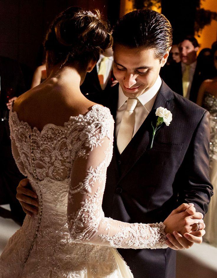 A noiva Larrisa Pagliarini sonhava com um vestido de noiva de princesa. Pesamos então em um vestido com saia em pregas de cetim duchesse de seda, com corpete de renda bordada com pérolas, vidrilhos, swarovski e missangas. E para dar conforto, as mangas dela eram removíveis! No meio da festa ela as tirou e ficou de tomara que caia.