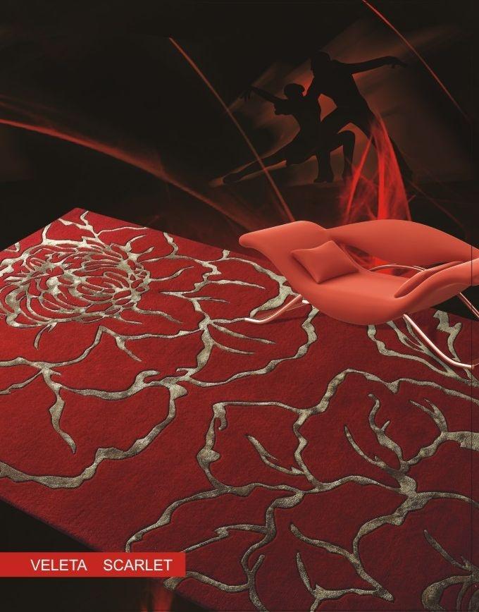 Alfombra moderna Veleta Scarlet. Alfombra en tonos rojos y dibujo en flor. Su composición es lana y viscosa.  Fabricante: Felix Belso.