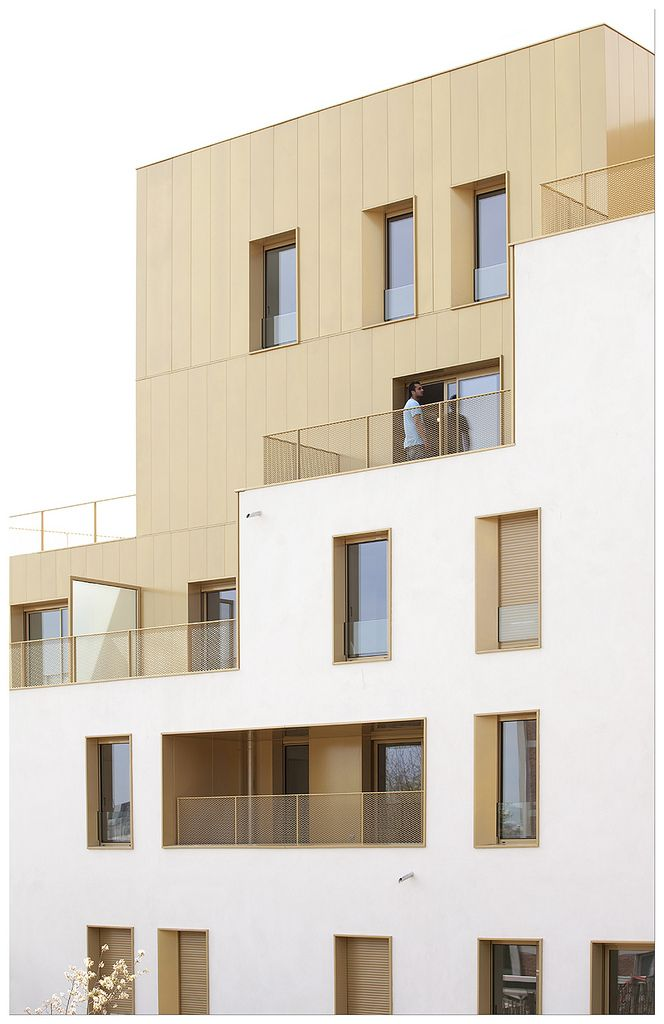 Immeuble de logement, TVK Architectes. ZAC du Chaperon Ver…   Flickr - Photo Sharing! materialisatie appartementen gevel goud wit inpandig penthouse