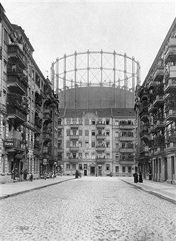 1910 Schoeneberger Gasometer von der Leuthenerstrasse aus gesehen