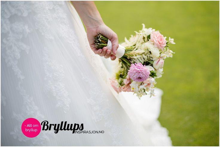 Enkel brudebukett med rosa og hvite blomster.