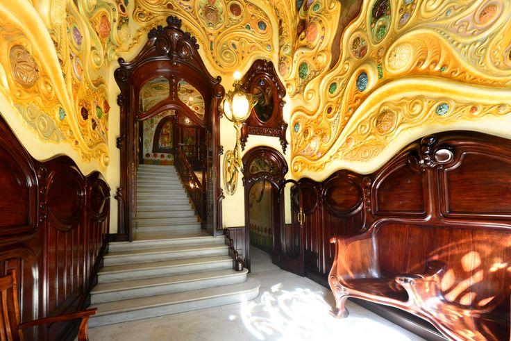 Nuestra clínica está en la Casa #Comalat, en la Avda. Diagonal, 442 de #Barcelona. Esta joya del #modernismo tardío es obra del arquitecto Salvador Valeri i #Pupurull (1873-1954). ¡Es un placer trabajar aquí! #artnouveau #arquitectura #architecture #CasaComalat #ArvilaMagna