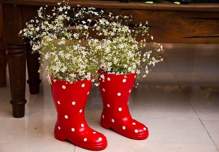"""Galochas serviram como vasos para mosquitinhos no """"Jardim da Malu"""", festa de aniversário decorada pela empresa Dona Aranha"""