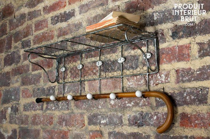Hang al je jassen netjes op aan deze kapstok. Het rek biedt daarnaastruimte om er hoeden en andere accessoires op te bergen.