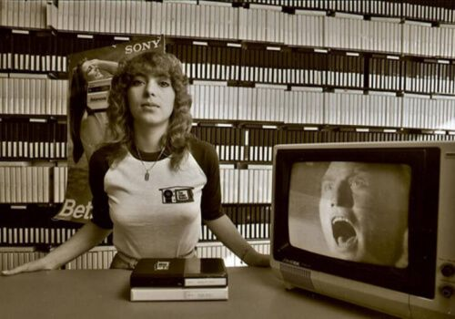 How much did it cost to rent movies at the first VHS rental store in the US in 1977?