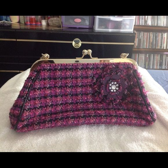 "Pink & purple plaid Liz Claiborne purse w/flower Multi-colored, trapezoidal in shape.  Bouclé fabric, plaid pattern.  Alternate fabric in flower embellishment appears to be either wool or felt.  Rhinestones are clear.  Piping and black portion of strap are synthetic leather with a semi-shiny finish.  All metal components are gold-tone.  Brand new w/o tags.  ⚠️ PRICE FIRM ⚠️  Measurements as follows:  approx. 12 5/8"" across the bottom, approx. 8 ½"" across the top, approx. 6 1/8"" tall, 4 ¼""…"
