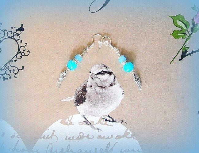 Boucles d'oreilles perles verre bleues turquoise & aile plume d'ange fait main handmade : Boucles d'oreille par papillon-sucre