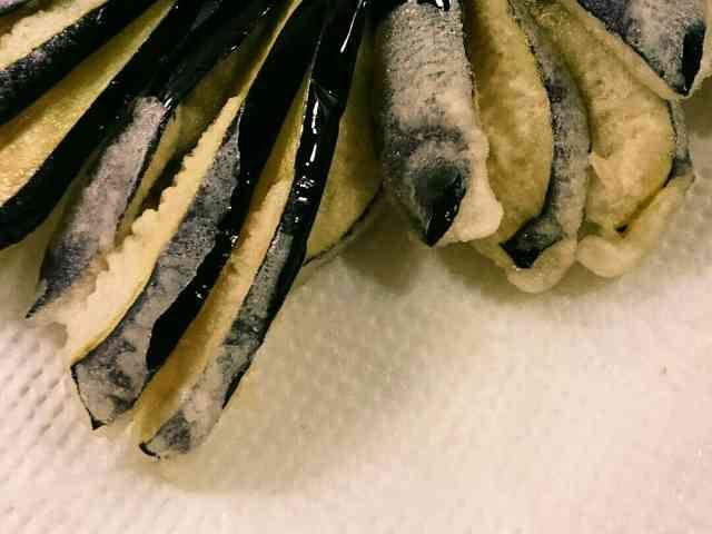 サクッと美味しい天ぷら粉の作り方  材料 (二人分) 小麦粉 30g 片栗粉 25g 水 50cc マヨネーズ 5g