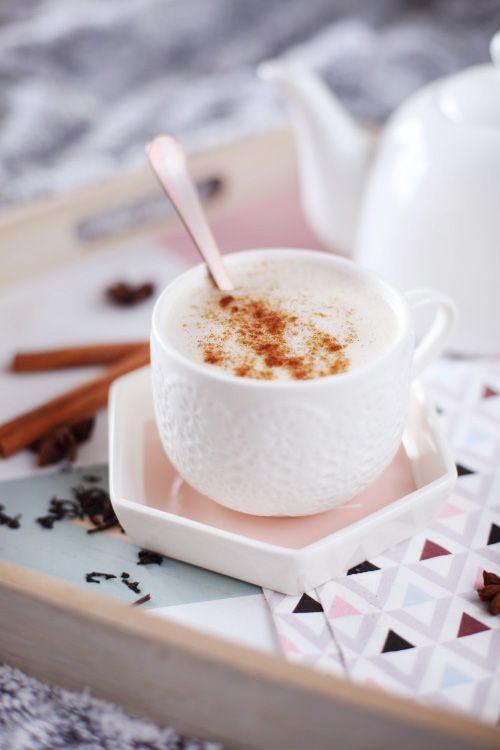 Chaï Latte maison Pour 1 tasse : 20 cl d'eau 15 cl de lait 2 belles cc de thé noir Du sirop de canne à sucre (j'aime mettre du sirop d'érable) 1 étoile badiane 1 bâton de cannelle + un peu de cannelle en poudre 4 grains de poivre