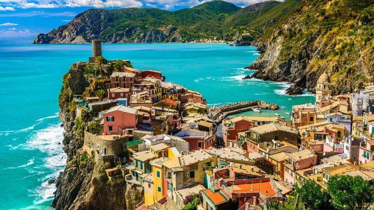 A Cinque Terre tagadhatatlanul az egyik legszebb régiója Olaszországnak. Egy látogatás az öt falu közül bármelyikbe (Riomaggiore, Manarola, Vernazza, Monterosso és Corniglia) csak megerősíti ezt! Képeslapszerű kinézetüket annak köszönhetik, hogy a városok a meredek dombokon és magas sziklák tetején épültek, kilátással a Földközi-tengerre. Kevés ennél látványosabbat lehet elképzelni! A legtöbb város csak vonattal megközelíthető. Kényelmes gyalogló cipő elengedhetetlen...