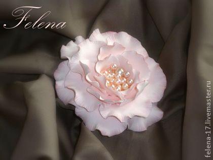 Брошь из полимерной глины `Жемчужный цветок`. Брошь 'Жемчужный цветок' украсит Ваш наряд или станет оригинальным подарком.    Брошь  из полимерной глины очень легкая и Вы практически не будете чувствовать ее на своем наряде.     Если Вам в принципе понравились мои…