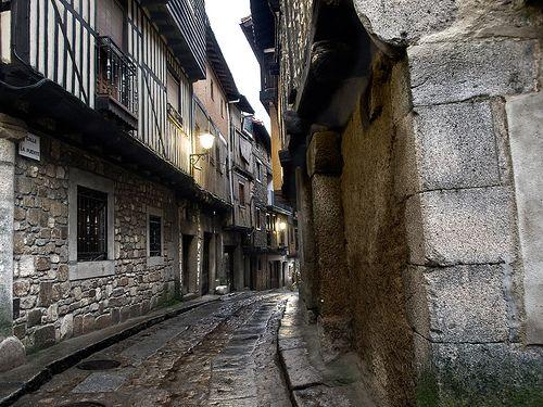 Una hermosa calle típica de San Martín del Castañar en la que podemos conocer y admirar la arquitectura típica serrana con entramado de madera.