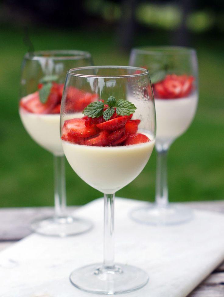 """Det här är kanske världens enklaste dessert! Det enda du behöver är grädde, socker, citron och vaniljsocker. Du kan äta den bara som den är eller toppa den med frukt. Här har vi tagit jordgubbar! Perfekt kombo - krämigt, sött och syrligt! En """"posset"""" är en brittisk dessert som ursprungl"""