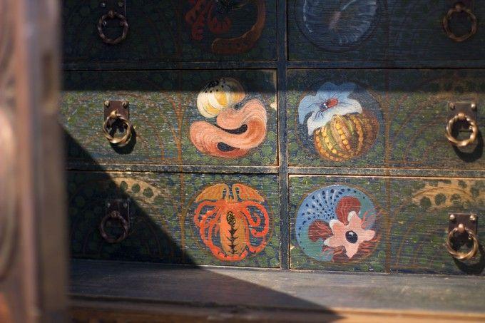 Handmade decor paintings. / Käsintehtyjä koristemaalauksia vanhassa lipastossa. www.valaistusblogi.fi