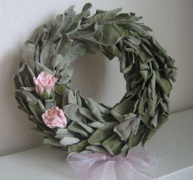 Šalvějový+věneček+Voňavý+věneček+na+slámovém+kruhu+se+šalvějí,+papírovými+růžemi+a+růžovou+stuhou.+Průměr+věnečku+cca+18cm.+Slouží+pouze+jako+dekorace.