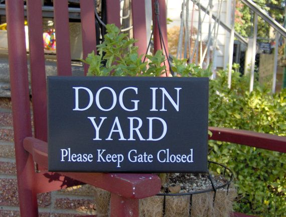 Style Dog In Yard Please Keep Gate Closed Wood Vinyl Sign - Farmhouse Family Home Decor