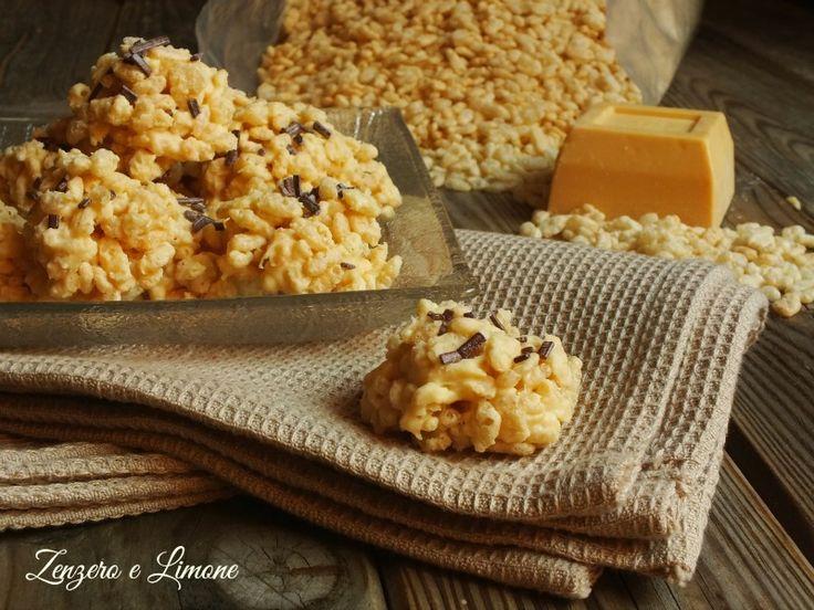 Questi dolcetti di riso soffiato e cioccolato bianco sono dei bocconcini di rapidissima e facilissima realizzazione, delle vere e proprie leccornie.