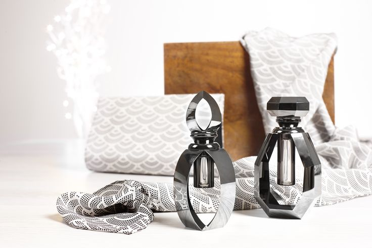Quintessentially English gifts for women inspired by history. From Art Deco inspired scarves and jewellery to bags and books all make perfect gifts for women.